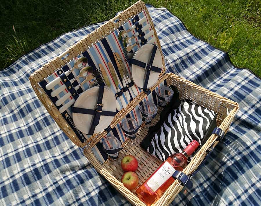 Rinkit wicker picnic basket for 4 people